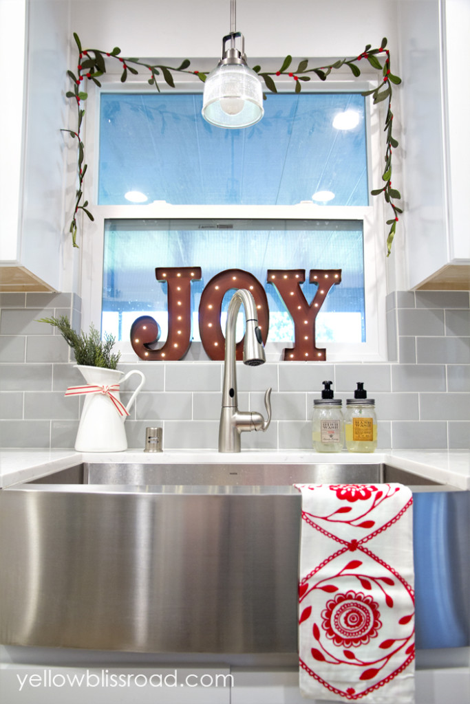 Inexpensive ways to decorate your kitchen for the holidays for Ways to decorate kitchen